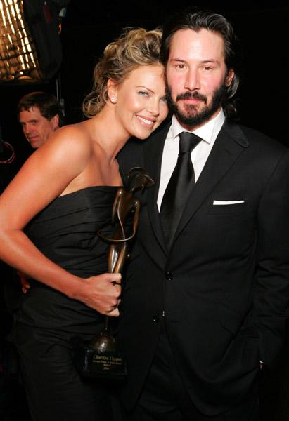 Charlize Theron y Keanu Reeves confirman noviazgo, tienen casi un año
