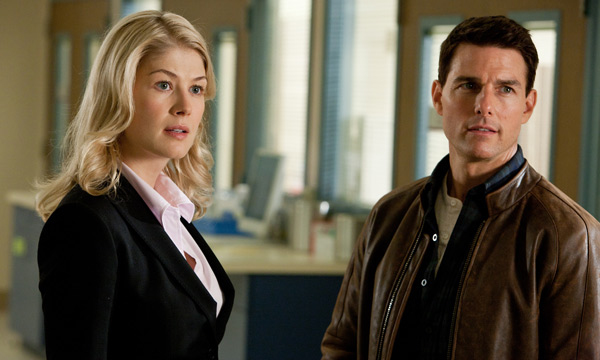 "Rosamund Pike y Tom Cruise en ""Jack Reacher""."