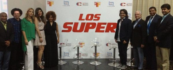 """Bladimir Abud, junto a productores y actores de """"Los Súper""""."""