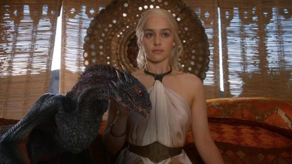 """Emilia Clarke como Daenerys Targaryen y uno de sus dragones en """"Game of Thrones""""."""