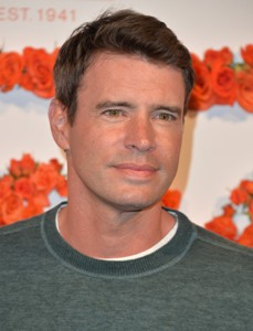 "Scott Foley actúa en la serie de TV ""Scandal"" y ""The Goodwin Games"". Actualmente filma la película ""Ward's Wife""."