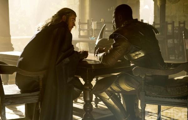 "Chris Hemsworth e Idris Elba en ""Thor: The Dark World""."
