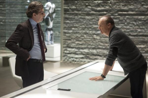 """Gary Oldman como el Dr. Dennett Norton y Michael keaton como Raymond Sellars en """"RoboCop""""."""