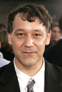 """Sam Raimi es productor ejecutivo de la serie de TV """"Noir """" y actualmente produce para el cine el remake """"Poltergeist"""" y """"Murder of a Cat """"."""