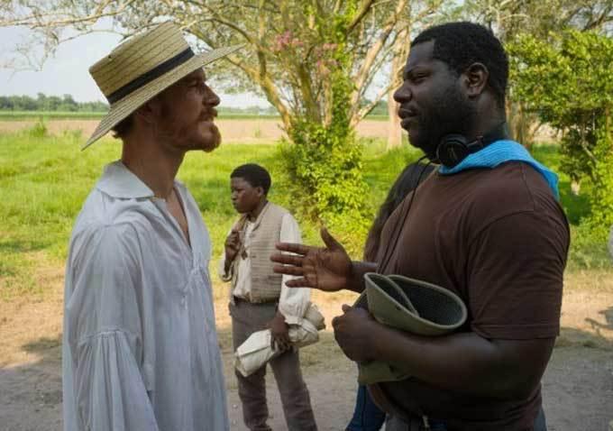"""Steve McQueen dando instrucciones a Michael Fassbender en """"12 Years a Slave""""."""