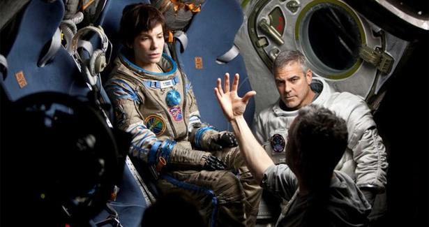 """Alfonso Cuarón dando instrucciones a Sandra Bullock y a George Clooney durante la grabación de """"Gravity""""."""