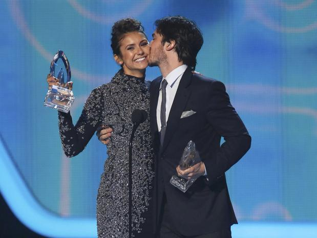 Nina Dobrev e Ian Somerhalder en los People's Choice Awards 2014.