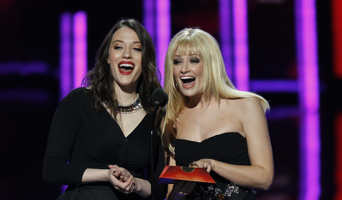 Kat Dennings y Beth Behrs en los People's Choice Awards 2014.