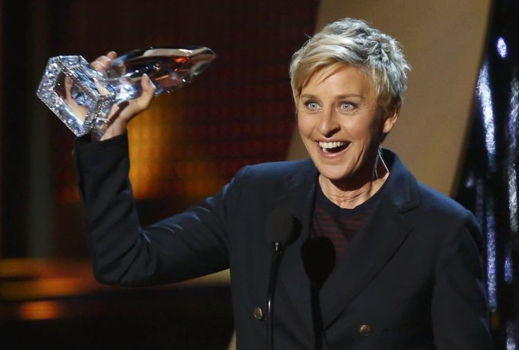 Ellen DeGeneres muestra su premio en los People's Choice Awards 2014.