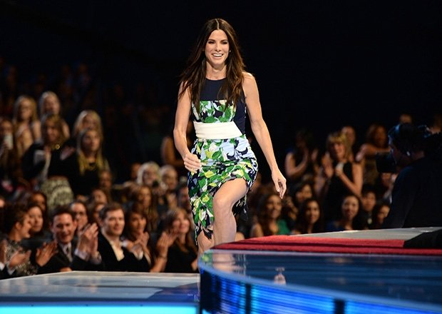 Sandra Bullock al buscar su premio en los people's Choice AWards 2014.