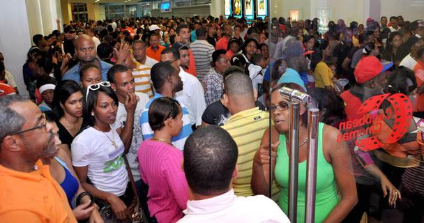 """Parte del público que asistió el primer día de estreno de """"Vamos de robo"""", en Caribbean Cinemas."""