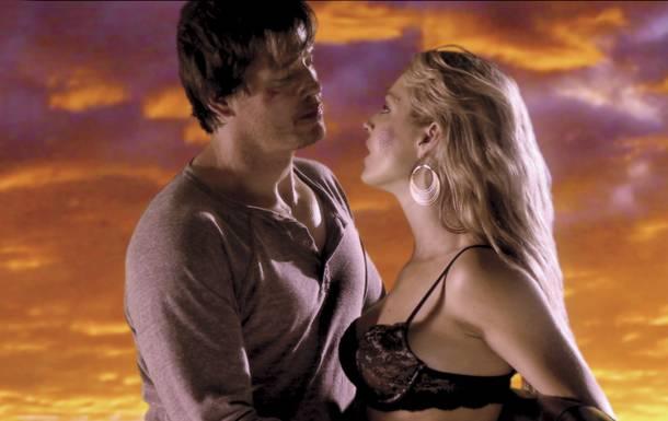 """Michael Paré y Clare Kramer en """"Road to Hell""""."""