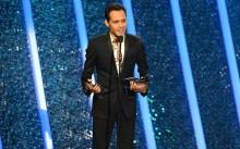 Marc Anthony al recibir uno de sus premios en los Premios Billboard de la Música Latina 2014.