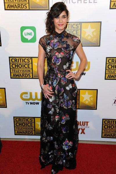 "Lizzy Caplan al llegar a los Critic's Choice Awards 2014. Estaba nominada por ""Masters of Sexs""."