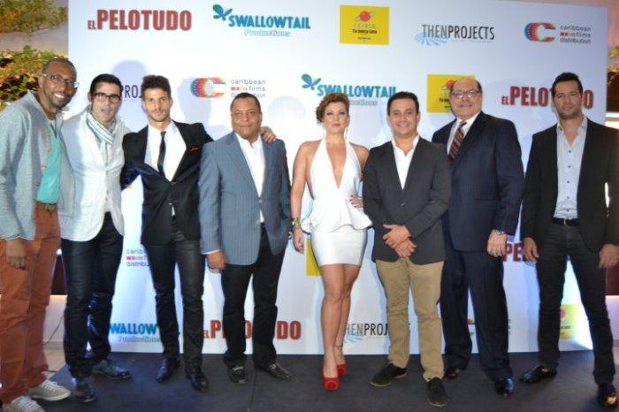 """Actores y parte del equipo de producción de """"El Pelotudo"""", durante la premier de la película."""