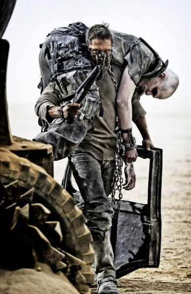"Tom Hardy y Nicholas Hoult en ""Mad Max: Fury Road""."
