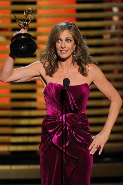 """Allison Janney al ganar su Emmy 2014 por """"The Big Bang Theory""""."""