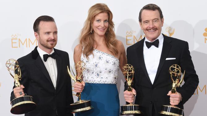 """AAron Paul, Anna Gunn y Bryan Cranston muestran  algunos premios ganados por la serie """"Breaking Bad""""."""