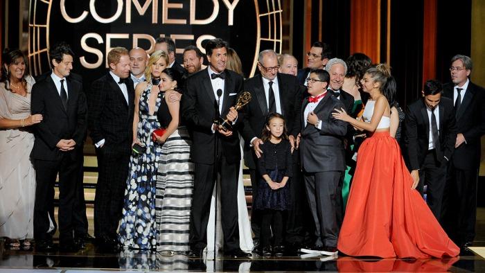 """Elenco de """"Modern Family"""" al recibir uno de sus premios en los Emmy Awards 2014."""