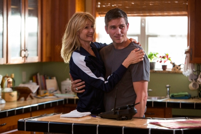 "Laura Dern y Jim Caviezel en ""When the Game Stands Tall""."
