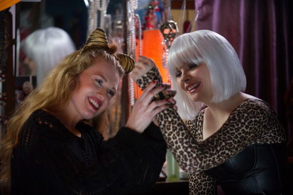 "Mireille Enos y Chloë Grace Moretz en ""If I Stay""."