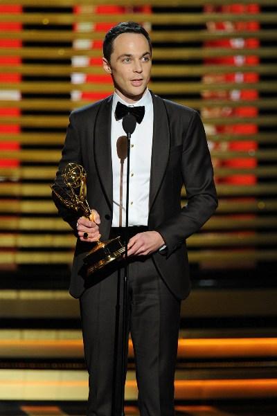 """Jim Parsons con el Emmy ganado por """"The Big Bang Theory""""."""