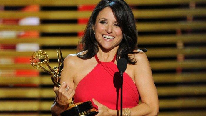 """Julia Louis Dreyfus al ganar su Emmy por la serie """"Veep""""."""