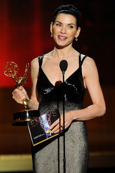 """Julianna Margulies con el Emmy ganado por la serie """"The Good Wife""""."""