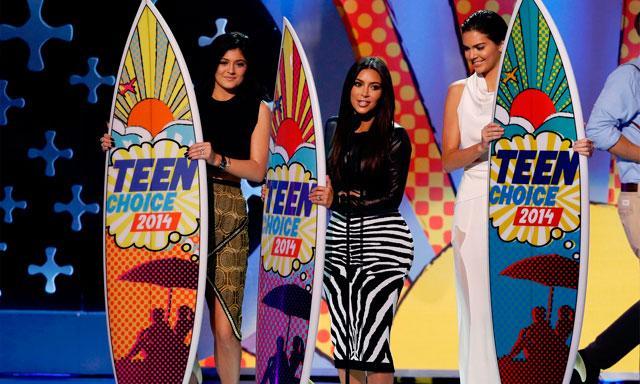 Las hermanas Kardashian al recibir su premio por su show de TV.