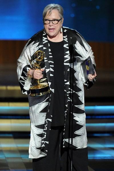 """Katy Bates al recibir su Emmy por la serie """"American Horror Story: Coven""""."""