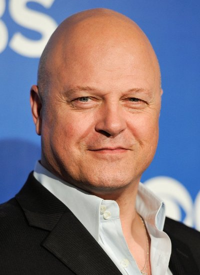 "Michael Chiklis actúa en el film ""When the Game Stands Tall "" y en la serie de TV ""American Horror Story""."