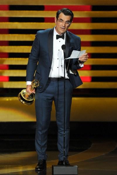 """Ty Burrell con el Emmy ganado por """"Modern Family""""."""