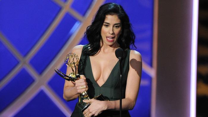 """Sara Silverman al recibir su Emmy por escribir el especial de variedades """"Sarah Silverman: We Are Miracles""""."""