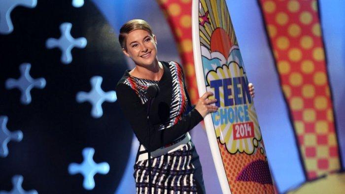 """Shailene Woodley al recibir su premio por el film """"Divergent""""."""