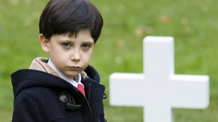 "Seamus Davey-Fitzpatrick como Damien en ""The Omen"" de 2006."