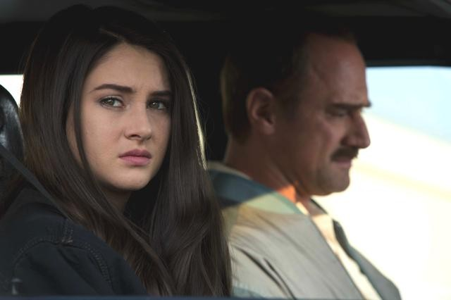 "Shailene Woodley y Christopher Meloni en ""White Bird in a Blizzard""."