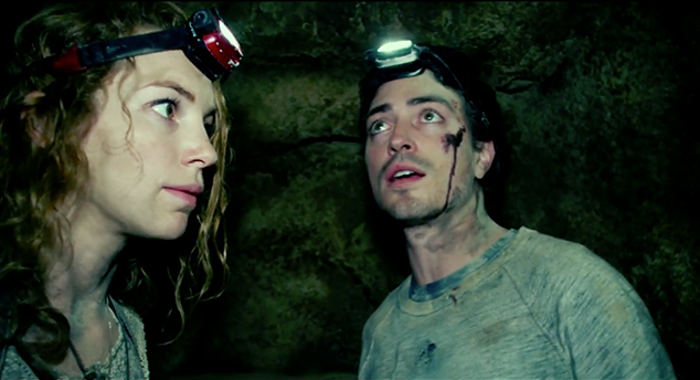 "Perdita Weeks y Ben Feldman en ""As Above, So below""."