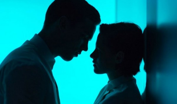 """Nicholas Hoult con Silas y Kristen Stewart como Nia en """"Equals""""."""