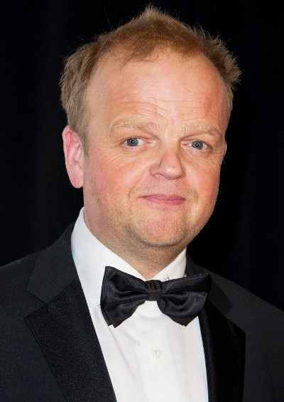 "Toby Jones actúa en las películas por estrenar ""Serena"", ""By the Gun"", ""The Hunger Games: Mockingjay - Part 1"" , ""Marvellous"" (TV), ""Il racconto dei racconti"" y ""The Hunger Games: Mockingjay - Part 2"". Ahora filma ""The Man Who Knew Infinity "" y ""Alice in Wonderland: Through the Looking Glass""."