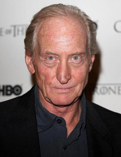 "Charles Dance actúa en las películas por estrenar ""Dracula Untold"", ""Child 44"", ""Despite the Falling Snow"", ""Admiral"" y ""Deadline Gallipoli"". Ahora filma ""The Great Fire"" (voz) y ""Pride and Prejudice and Zombies""."