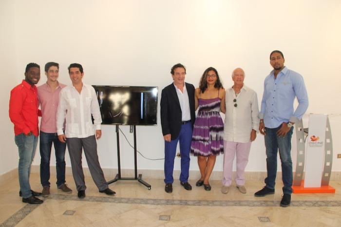 """Leticia Tonos junto a productores y actores de la película """"Cristo Rey""""."""
