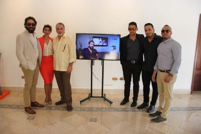 """Pedro Urrutia junto a productores y actores de la película """"Código Paz""""."""