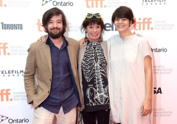 """Los directores de """"Dólares de arena"""", Israel Cárdenas y Laura Amelia Guzmán, junto a Geraldine Chaplin."""