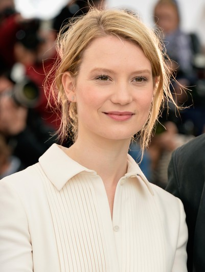 "Mia Wasikowska protagoniza las películas por estrenar ""Crimson Peak "" y actualmente filma ""Alice in Wonderland: Through the Looking Glass""."