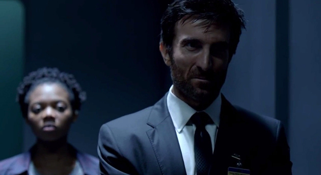 "Susan Heyward es Deena y Sharlto Copley es Christian walker en ""Powers""."