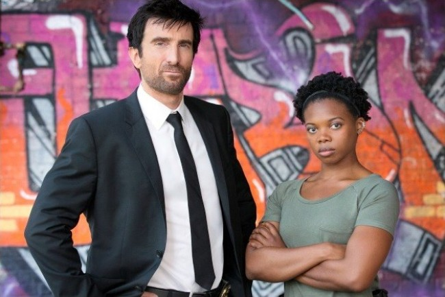 "Sharlto Copley y Susan Heyward en ""Powers""."