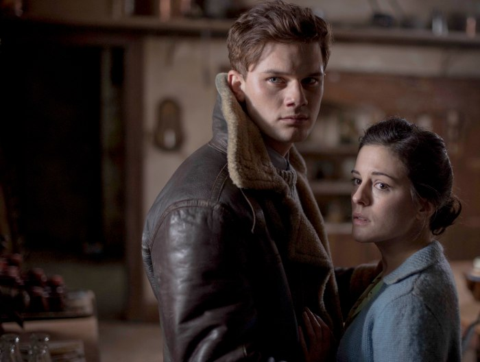 "Jeremy Irvine es Harry Burnstow y Helen McCrory es Jean Hogg en ""The Woman in Black: Angel of Death""."