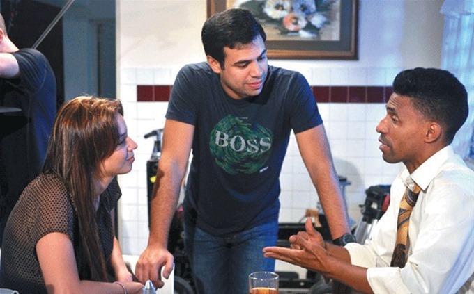 """Roberto Angel Salcedo junto a Hony Estrella y Fausto Mata en el rodaje de """"Todo incluido""""."""