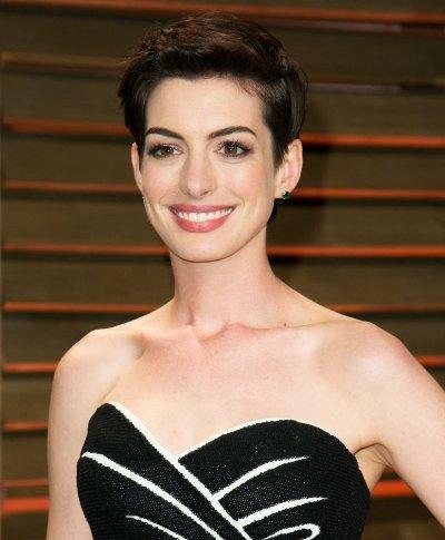 "Anne Hathaway protagoniza el film ""Interstellar"" y actualmente filma ""The Intern"" y ""Alice in Wonderland: Through the Looking Glass""."