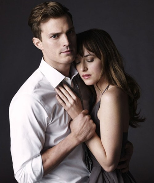"Jamie Dornan como Christian Grey y Dakota Johnson como Anastasia Steele en un promocional de ""Fifty Shades of Grey""."